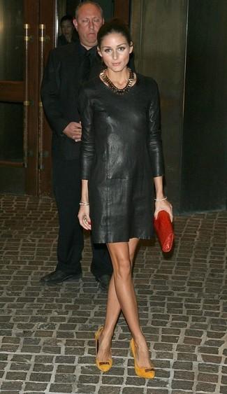 Olivia Palermo trägt Schwarzes Gerade Geschnittenes Kleid aus Leder, Senf Wildleder Pumps, Rote Leder Clutch, Goldene Halskette