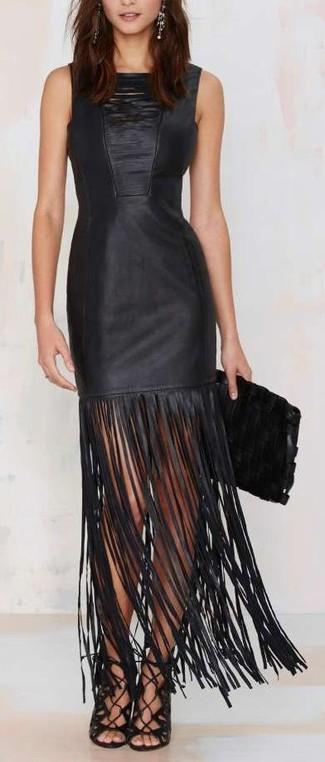 Wie kombinieren: schwarzes Fransen gerade geschnittenes Kleid aus Leder, schwarze Römersandalen aus Leder, schwarze Leder Clutch, silberne Ohrringe
