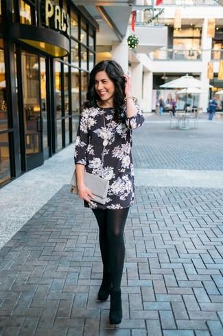 Wie kombinieren: schwarzes und weißes gerade geschnittenes Kleid mit Blumenmuster, schwarze Wildleder Stiefeletten, graue Leder Clutch, goldenes Armband