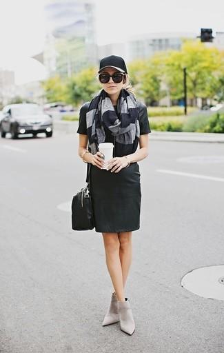 Wie kombinieren: schwarzes gerade geschnittenes Kleid aus Leder, graue Wildleder Stiefeletten, schwarze Leder Umhängetasche, schwarze Baseballkappe