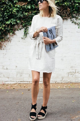 Damen Outfits & Modetrends: Wahlen Sie ein weißes gerade geschnittenes Kleid für einen schlanken, anspruchsvollen Look. Fühlen Sie sich mutig? Komplettieren Sie Ihr Outfit mit schwarzen Keilsandaletten aus Wildleder.