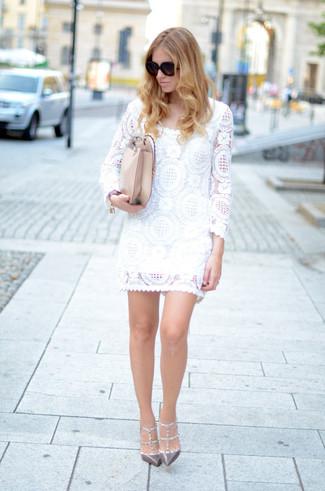 Damen Outfits & Modetrends 2020: Sie möchten den verfeinerten Alltags-Stil perfektionieren? Tragen Sie ein weißes gerade geschnittenes Kleid aus Spitze. Vervollständigen Sie Ihr Look mit grauen beschlagenen Leder Pumps.