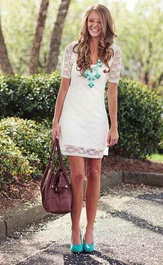Perfektionieren Sie den modischen Freizeitlook mit einem weißen gerade geschnittenem Kleid aus Spitze. Dieses Outfit passt hervorragend zusammen mit grünen Leder Pumps.