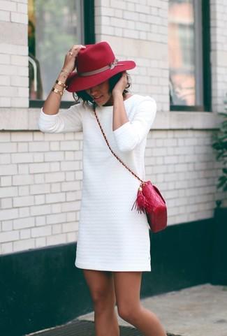 weißes gerade geschnittenes Kleid mit Reliefmuster, rote gesteppte Leder Umhängetasche, roter Wollhut, goldenes Armband für Damen