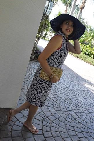 Wie kombinieren: dunkelblaues bedrucktes gerade geschnittenes Kleid, goldene Zehentrenner, beige Stroh Clutch, dunkelblauer Strohhut