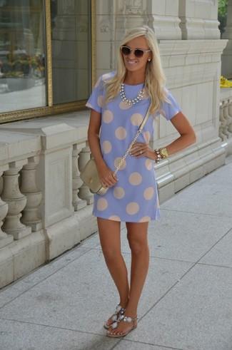 Wie kombinieren: hellblaues gepunktetes gerade geschnittenes Kleid, hellblaue verzierte Zehentrenner, goldene Leder Umhängetasche, dunkelbraune Sonnenbrille