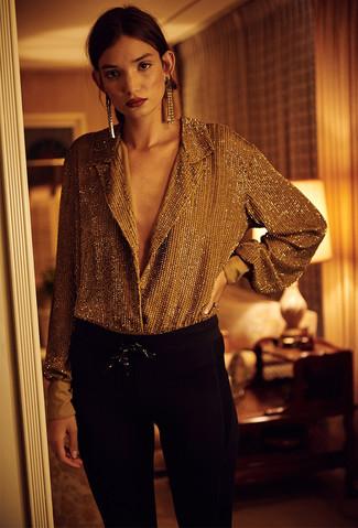 Wie kombinieren: goldene Bluse mit Knöpfen, schwarze enge Hose, goldene Ohrringe