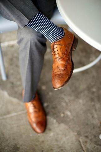 Machen Sie sich mit einer grauen Anzughose einen verfeinerten, eleganten Stil zu Nutze. Fühlen Sie sich ideenreich? Komplettieren Sie Ihr Outfit mit beige leder brogues.