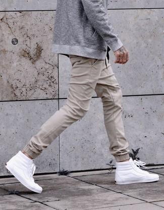 Wie kombinieren: graue Bomberjacke, hellbeige Jogginghose, weiße hohe Sneakers aus Leder