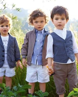 Wie kombinieren: graue Bomberjacke, hellblaues Langarmhemd, weiße Shorts