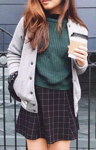 Olivgrünen Pullover mit einem Rundhalsausschnitt kombinieren – 6 Lässige Damen Outfits: Wahlen Sie einen olivgrünen Pullover mit einem Rundhalsausschnitt und einen schwarzen Skaterrock mit Karomuster, umein stilvolles Casual-Outfit zu erreichen, der in der Garderobe der Frau nicht fehlen darf.