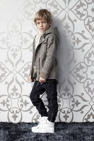 Wie kombinieren: graue Jacke, schwarze Jeans, weiße Turnschuhe