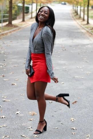 Wie kombinieren: graue Langarmbluse, roter Minirock, schwarze Wildleder Sandaletten