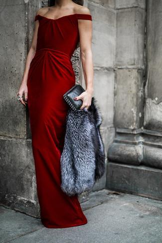 graue Pelzjacke, rotes Samt Ballkleid, schwarze Leder Clutch für ...