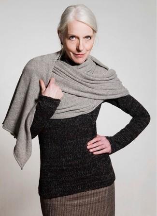 Graue Stola kombinieren – 43 Damen Outfits: Ein schwarzer Wollrollkragenpullover und eine graue Stola sind absolut Casual-Must-Haves und können mit einer Vielzahl von Stücken kombiniert werden.