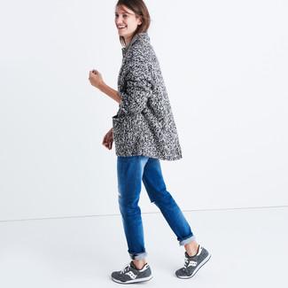 Eine graue strick strickjacke mit einer offenen front und blaue boyfriend jeans sind das Outfit Ihrer Wahl für faule Tage. Graue sportschuhe liefern einen wunderschönen Kontrast zu dem Rest des Looks.