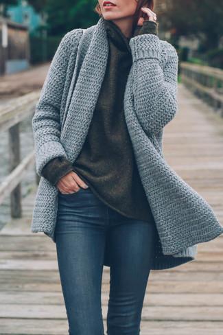 Kombinieren Sie eine graue strick strickjacke mit einer offenen front mit dunkelblauen engen jeans, um einen lockeren, aber dennoch stylischen Look zu erhalten.