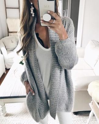 Paaren Sie eine graue strick strickjacke mit einer offenen front mit weißen engen jeans für ein sonntägliches Mittagessen mit Freunden.