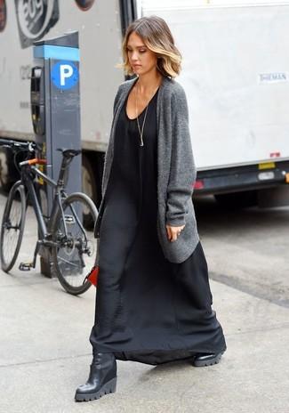 Wie kombinieren: graue Strickjacke mit einer offenen Front, schwarzes Seide Maxikleid, schwarze Keilstiefeletten aus Leder