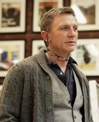 Daniel Craig trägt Graue Strickjacke Mit Schalkragen, Graue Wollweste, Schwarzes Langarmhemd