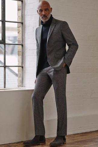 Graue Chelsea Boots aus Wildleder kombinieren – 6 Elegante Herren Outfits: Etwas Einfaches wie die Wahl von einem grauen Anzug und einem dunkelblauen Wollrollkragenpullover kann Sie von der Menge abheben. Graue Chelsea Boots aus Wildleder sind eine großartige Wahl, um dieses Outfit zu vervollständigen.