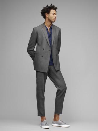 Wie kombinieren: grauer Anzug, dunkelblaues Polohemd, graue Segeltuch niedrige Sneakers