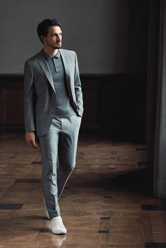 Grauen Anzug kombinieren – 500+ Herren Outfits: Kombinieren Sie einen grauen Anzug mit einem grauen Polohemd für Ihren Bürojob. Fühlen Sie sich ideenreich? Komplettieren Sie Ihr Outfit mit weißen Segeltuch niedrigen Sneakers.