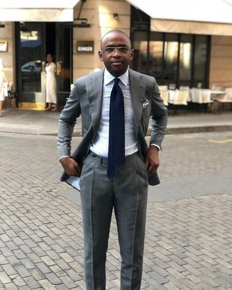 Wie kombinieren: grauer Anzug, hellblaues vertikal gestreiftes Businesshemd, dunkelblaue Krawatte