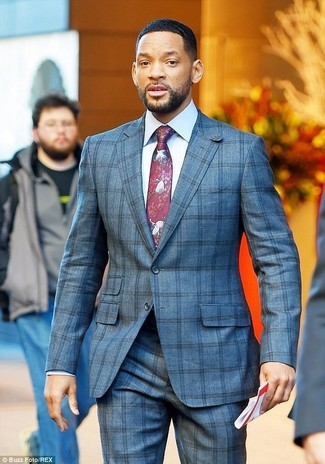 Wie kombinieren: grauer Anzug mit Karomuster, weißes Businesshemd, dunkelrote bedruckte Krawatte