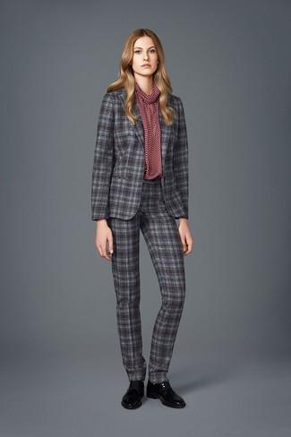 grauer Anzug mit Schottenmuster, dunkelrote bedruckte Langarmbluse, schwarze Leder Oxford Schuhe für Damen