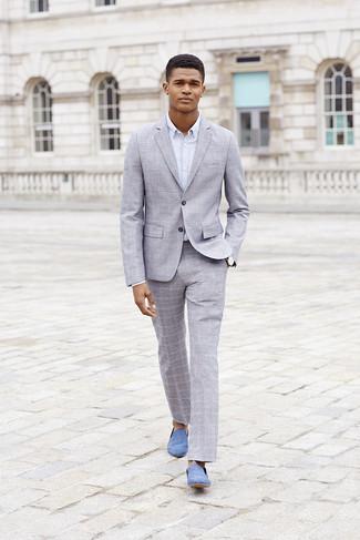 Hellblaue Wildleder Slipper kombinieren: trends 2020: Tragen Sie einen grauen Anzug mit Schottenmuster und ein weißes Businesshemd für einen stilvollen, eleganten Look. Ergänzen Sie Ihr Look mit hellblauen Wildleder Slippern.