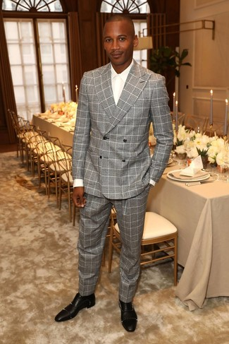 Wie kombinieren: grauer Anzug mit Schottenmuster, weißes Businesshemd, schwarze beschlagene Leder Oxford Schuhe
