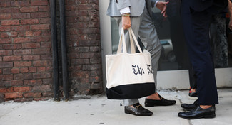 Wie kombinieren: grauer Anzug, schwarze Leder Slipper, weiße und schwarze bedruckte Shopper Tasche aus Segeltuch