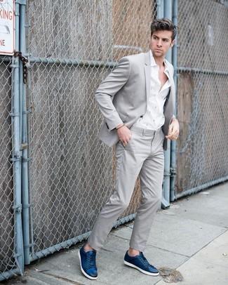 Wie kombinieren: grauer Anzug, weißes bedrucktes Langarmhemd, dunkelblaue Leder niedrige Sneakers