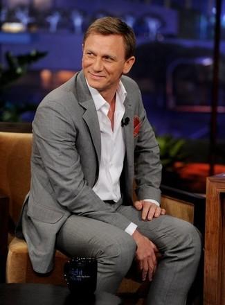 Daniel Craig trägt Grauer Anzug, Weißes Langarmhemd, Rotes Einstecktuch