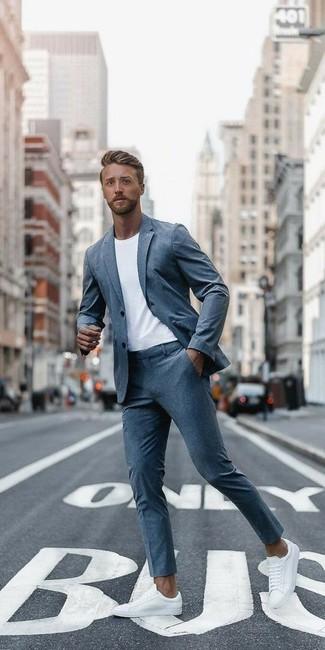 Wie kombinieren: grauer Anzug, weißes T-Shirt mit einem Rundhalsausschnitt, weiße Leder niedrige Sneakers