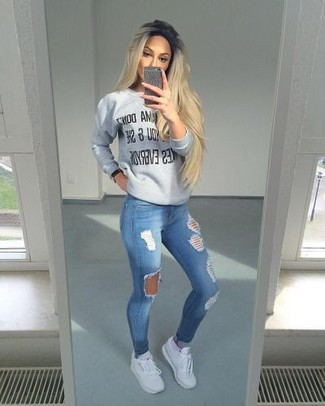 Weiße Sportschuhe kombinieren – 122 Damen Outfits: Kombinieren Sie einen grauen bedruckten Pullover mit einem Rundhalsausschnitt mit blauen engen Jeans mit Destroyed-Effekten, umein zeitgenössisches Casual-Outfit zu kreieren, der in der Garderobe der Frau auf keinen Fall fehlen darf. Warum kombinieren Sie Ihr Outfit für einen legereren Auftritt nicht mal mit weißen Sportschuhen?