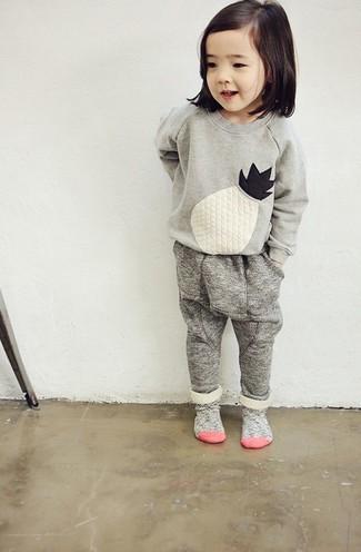 Wie kombinieren: grauer bestickter Pullover, graue Jogginghose, graue Socke