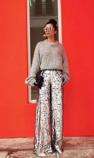 Wie kombinieren: grauer flauschiger Pullover mit einem Rundhalsausschnitt, silberne weite Hose, schwarze gesteppte Satchel-Tasche aus Leder
