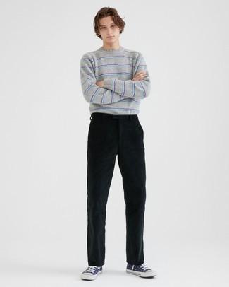 Teenager: Outfits Herren 2021: Kombinieren Sie einen grauen horizontal gestreiften Pullover mit einem Rundhalsausschnitt mit einer schwarzen Cord Chinohose, um mühelos alles zu meistern, was auch immer der Tag bringen mag. Fühlen Sie sich ideenreich? Wählen Sie dunkelblauen und weißen hohe Sneakers aus Segeltuch.
