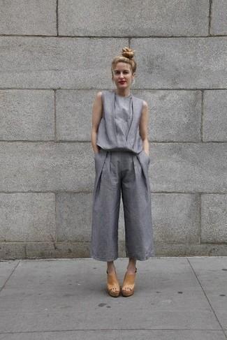 Wie kombinieren: grauer Jumpsuit, beige Leder Pantoletten