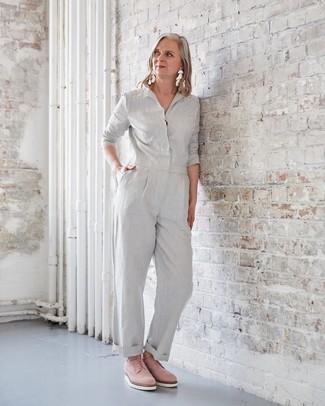 50 Jährige: Smart-Casual Outfits Damen 2020: Sie möchten den schicken Alltags-Stil perfektionieren? Erwägen Sie das Tragen von einem grauen Jumpsuit. Fühlen Sie sich ideenreich? Wählen Sie rosa Wildleder Oxford Schuhe.
