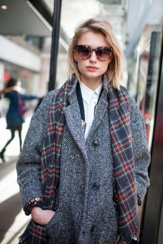 Grauen Schal kombinieren – 266 Damen Outfits: Ein grauer Mantel mit Fischgrätenmuster und ein grauer Schal sind eine ideale Kombination-Formel für Ihr Kleidungsarsenal.