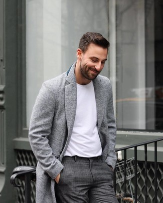 Dunkelgraue Anzughose mit Schottenmuster kombinieren: trends 2020: Entscheiden Sie sich für einen grauen Mantel und eine dunkelgraue Anzughose mit Schottenmuster für eine klassischen und verfeinerte Silhouette.