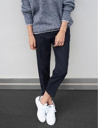 Wie kombinieren: grauer Oversize Pullover, dunkelblaue Anzughose, weiße niedrige Sneakers