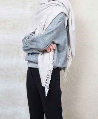 Wie kombinieren: grauer Oversize Pullover, schwarze Anzughose, weißer Schal