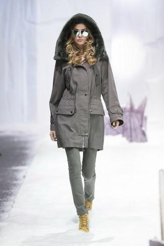 Wie kombinieren: grauer Parka, graue Jeans, beige flache Stiefel mit einer Schnürung aus Wildleder