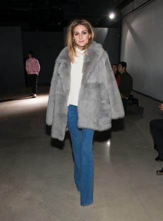Wie kombinieren: grauer Pelz, weißer Pullover mit einer weiten Rollkragen, blaue Schlagjeans