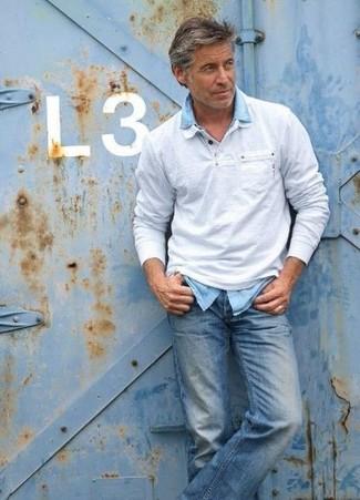 Wie kombinieren: grauer Polo Pullover, hellblaues Jeanshemd, blaue Jeans