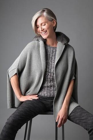 Mode für Damen ab 40 2020: Entscheiden Sie sich für einen grauen Poncho und eine dunkelgraue bedruckte enge Hose, um einen lässigen, aber dennoch stylischen Look zu kreieren.